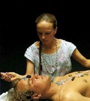Katrina Raphaell durante una seduta di cristalloterapia