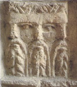 Un altare rappresentante il dio Lugh tricefalo